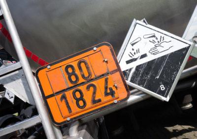 orange Gefahrentafel mit Gefahrnummer 80 und UN-Nummer 1824 (Nat